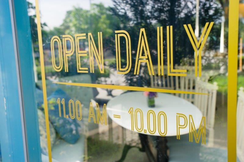 お店の窓にシールで店名やロゴを貼るには?