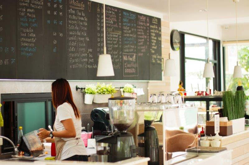 飲食店の看板を手書きするメリット・デメリット